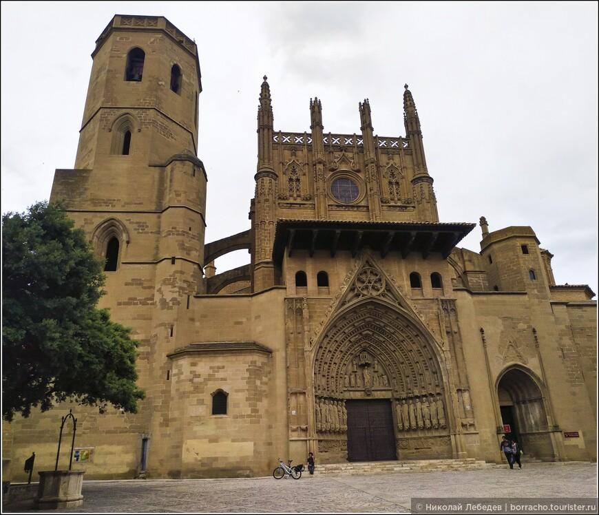 Довольно крупный город Уэска - всего в 35 километрах от замка Лоарре.