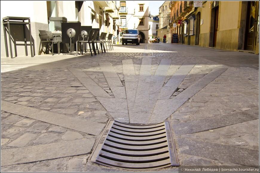 Ещё этот город - важная точка на знаменитом Пути Святого Иакова. Плиткой выложена эмблема Camino de Santiago.