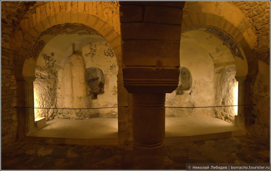 Монастырь является местом захоронения арагонских монархов.