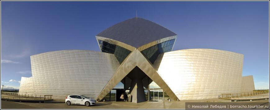 Неподалеку - винодельня Sommos, один из самых современных и инновационных винных заводов Испании, основные корпуса которого спрятаны под землёй.