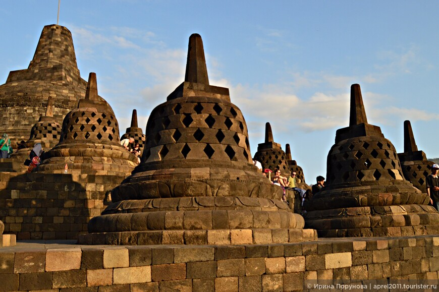 Самой высокой точкой храма является главная ступа, возвышающаяся на 35 метров над землей. Она окружена 72 статуями Будды, которые выполнены сидящими внутри перфорированных ступ. Всего же в храме размещено 504 статуи Будды.