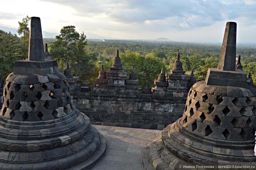 Есть предположение, что когда на Яве стал распространяться ислам, местные буддисты засыпали храм землей, скрыв его от посторонних глаз. Более реально, на мой взгляд, выглядит другая версия, что Боробудур был засыпан пеплом в результате произошедшего в 1006 году сильного извержения вулкана Мерапи. Пепел мог засыпать как сам храм, так и ведущие к нему дороги. Как бы то ни было, но в течение тысячи лет о Боробудуре знали только посвященные.