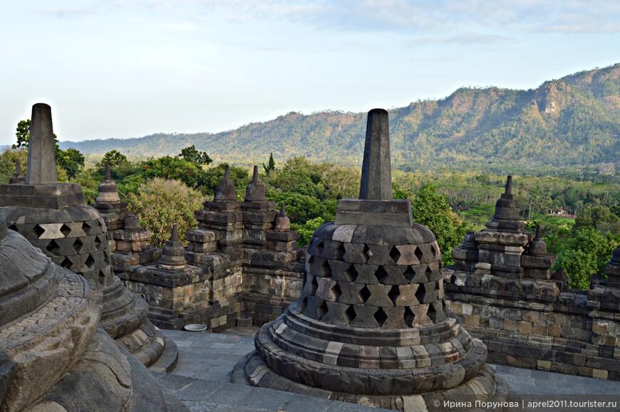 Храмовое сооружение считается буддийским, но никто не знает, почему оно было построено здесь. По одной из легенд, под строениями храма захоронен сам Шакьямуни Будда, а по другой – это гора Меру, являющаяся центром вселенной. Сразу после возведения Боробудура люди ушли из долины Кеду.