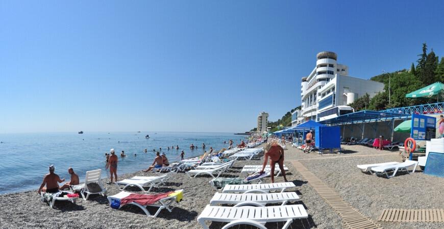 Пляж пансионата «Дубна» в Алуште