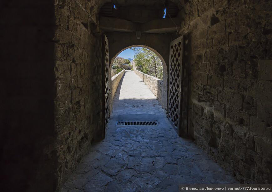 """Каждый раз, когда знакомишься с историей Кипра натыкаешься на фамилию Лузиньян ( Lusignan). И это вполне объяснимо, ведь представители этого древнего рода правили островом почти триста лет. Они оставили о себе много легенд, а также памятников средневековой архитектуры. Родоначальником династии стал Ги де Лузиньян (Guy de Lusignan), - шестой (по другим источникам седьмой) сын в семье Хью VIII, лорда де Лузиньян «ле Брун» или «Ле Вью» (Hugues VIII, Lord de Lusignan """"Le Brun"""" or """"Le Vieux""""). В отзывах о замке Святого Иллариона я вскользь о нём упомянул. Именно он был в свите короля Ричарда I Львиное Сердце, захватившего Кипр. Именно он гонял по всему острову предыдущего правителя Исаака Комнина, пока тот окончательно не сломался и не сдался на милость Ричарда I. О нём, как о легендарной личности и хочу рассказать в этом повествовании. На фото: Заходим в Киренийский замок через ворота Венецианцев."""