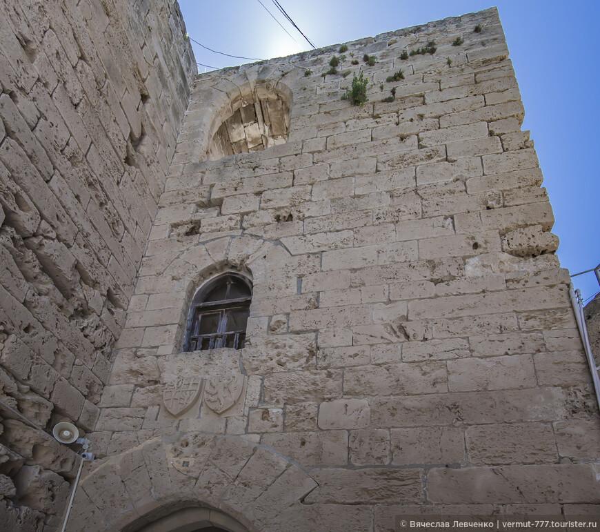 Десятого августа 1192 года подписан мирный договор между королем Ричардом I и султаном Саладином. Окончен Третий крестовый поход. А 9 октября 1192 Ричард отплыл из Палестины в Англию, а Ги де Лузиньян, сразу после его отплытия отправился на Кипр, вместе со своими ближайшими соратниками. На фото: Стены крепостис внутренней части.