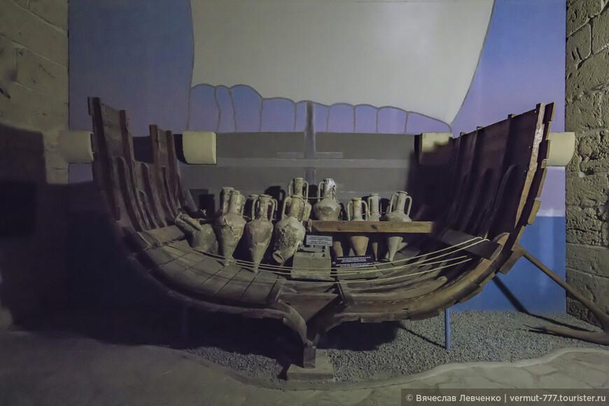 Корабль был построен примерно в начале IV столетия до н. э., во времена Александра Македонского. Ученые пришли к выводу, что он затонул приблизительно в 288-262 годах до нашей эры, проплавав более ста лет. Судно пошло ко дну, по одной из версий, после атаки пиратов, так как на его борту не было обнаружено ни останков команды, ни ценных грузов. На фото: Экспозиция модели корабля в разрезе.