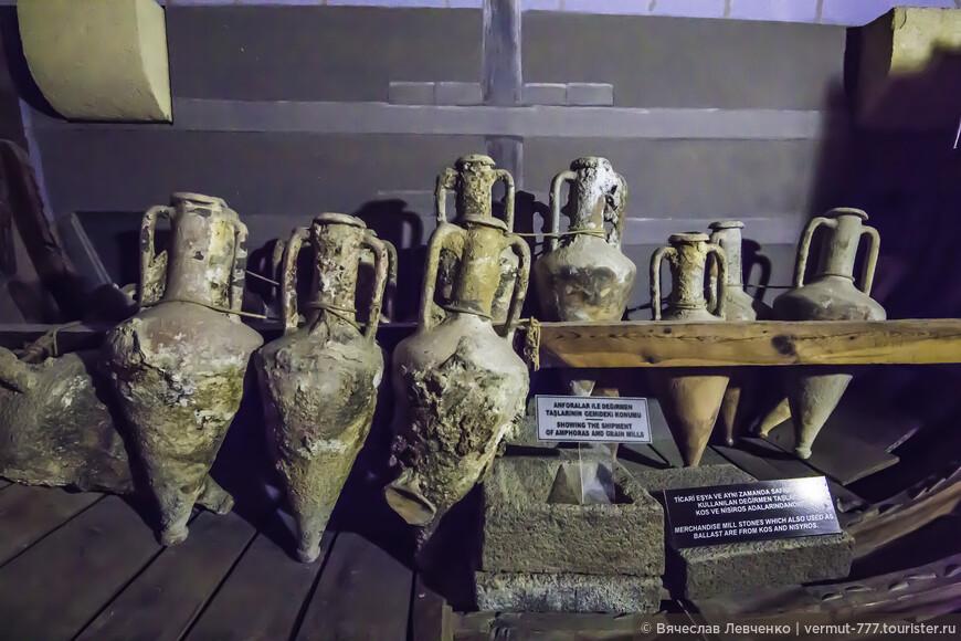Возраст посудины весьма почетный — более 2500 лет и оно считается самым древним из обнаруженных.  Словно мозаика, корабль был воссоздан из 6000 отдельных деталей, устилавших морское дно вдоль побережья Кирении. На фото: Экспонаты музея, поднятые со дна моря амфоры.