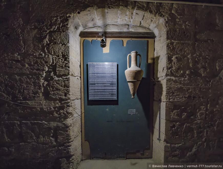 Причиной крушения античного корабля, по ещё одной из существующих версий, послужило прогнившее днище трюма. На фото: Экспонаты музея.