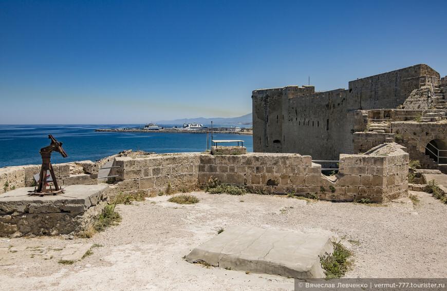 На фото:  Средневековая крепость и зенитная турель из настоящего.