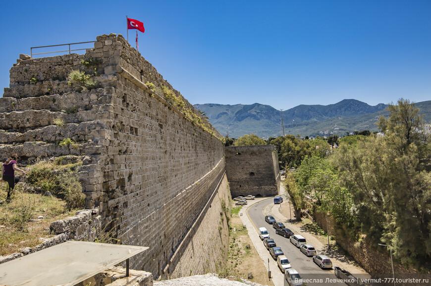 На фото: Внушающая уважение Киренийская крепость, правда, без боя сдавшаяся туркам в 1571 году, в отличие от крепости города Фамагуста.