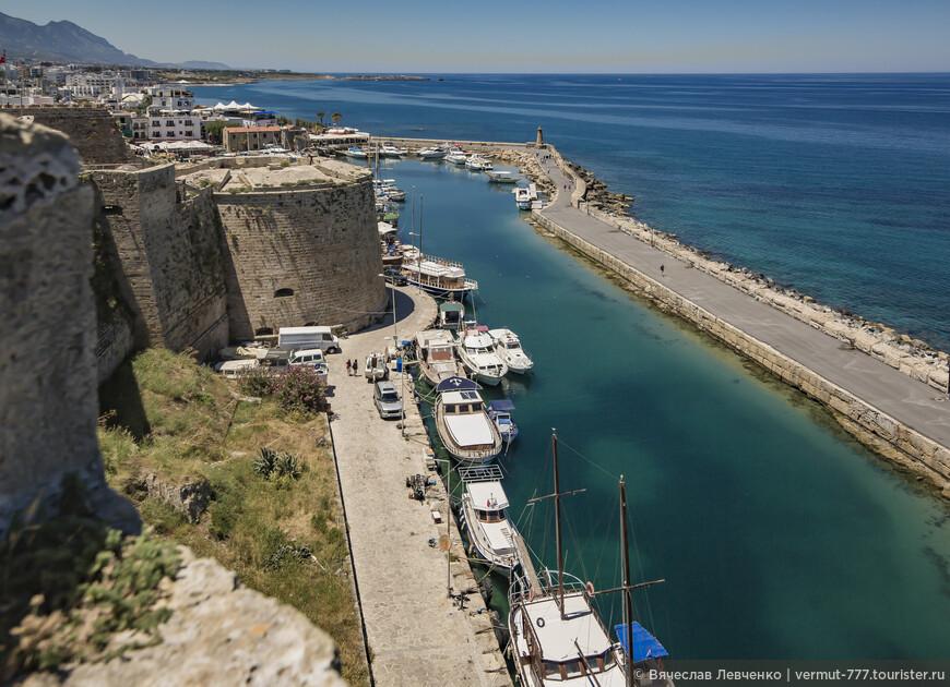Капитуляция уберегла Киренийский замок от масштабных разрушений. Турки использовали сооружение для военных целей и даже сделали некоторые надстройки.На фото: Вид со стен крепости.