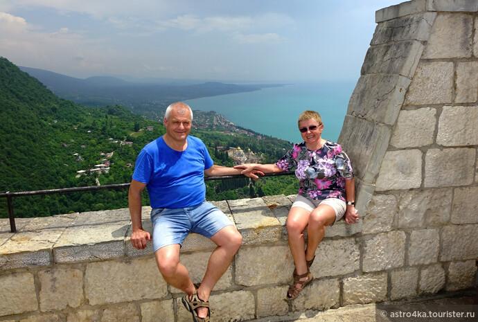 На горе Иверской с видом на монастырь и город Новый Афон.