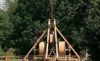 Во французском замке будут развлекать туристов средневековой метательной машиной