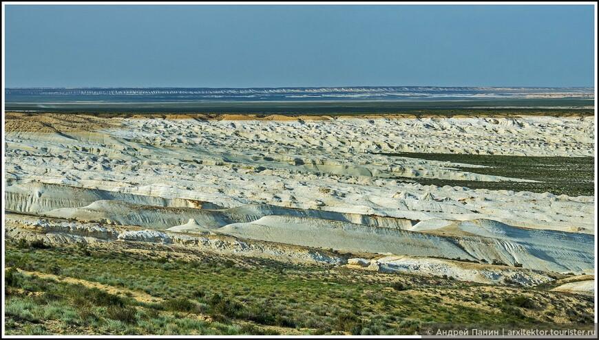 Обычно граница между плато и сором (достаточно ровная поверхность бывшего дна отступившего моря) представляет собой крутой обрыв. Но здесь понижение рельефа было более пологим и по своему красивым. Немного напоминает пену от морских волн.