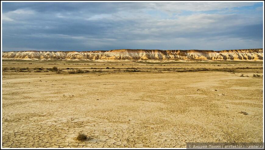 От горы Бокты наш лагерь практически не видно. А он там есть! И машины, и палатки. Вот что значит Казахстанские масштабы! Зато хорошо виден обрыв между сором и плато.