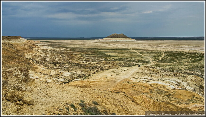 Попрощавшись с этой величавой горой Бакты, едем на встречу новым приключениям. Маленькая точка на дороге - это машинка.