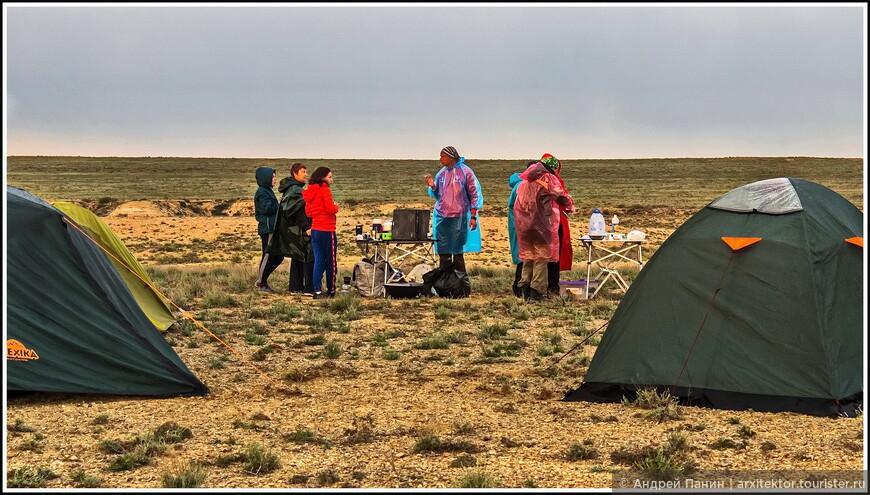 Лагерь ставили под мелким дождиком.