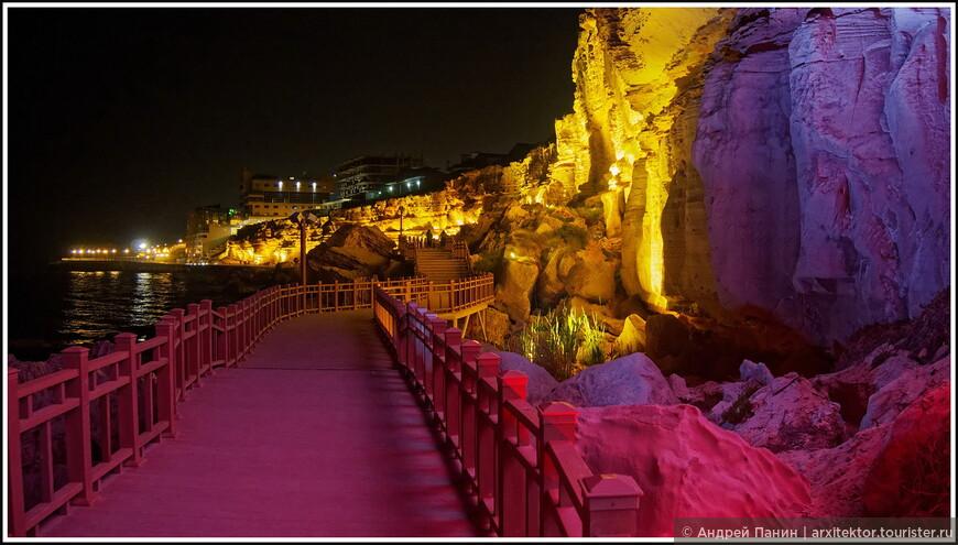Эта пешеходная тропа появилась недавно. Красиво подсвеченные скалы и пещеры берегового обрыва новая достопримечательность Актау.