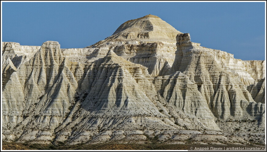 Актологай - это меловые скалы причудливой формы. Как и на Мангышлаке, по которому мы колесили до этого, это край плато. Его крутой обрыв к сору в несколько десятков метров.