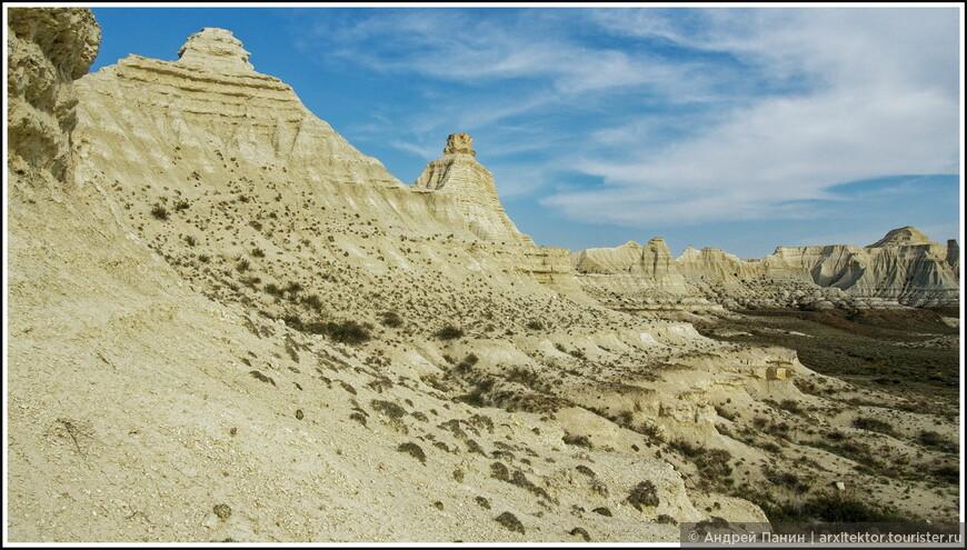 В Актологае обрыв не выглядит обрывом. Больше походит на скалы, которые постепенно сближаются так, что их верхушки соединяются и образуют ровное плато.