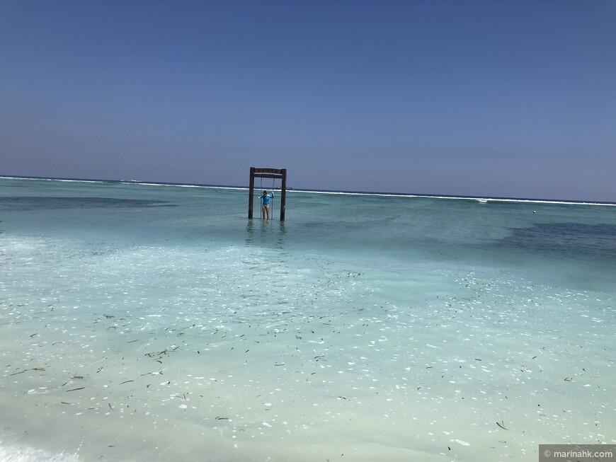 Качели прямо в море здесь не редкость, когда вода поднимается их накрывает , но мы этого не увидели, бывает зимой , а сейчас лето.