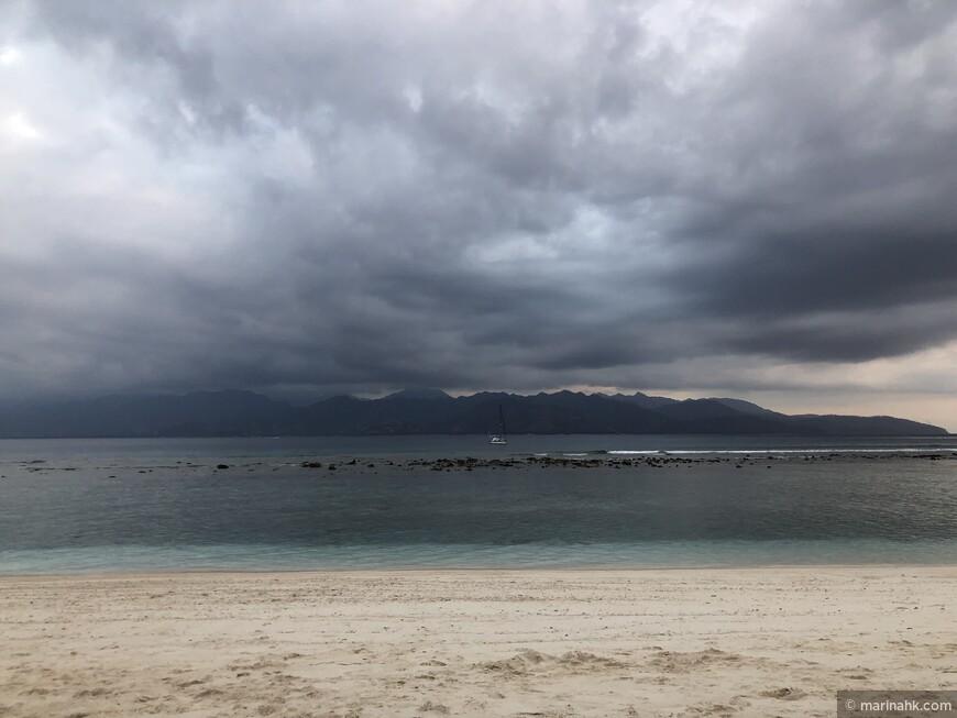 Много раз к вечеру были тучи, но дождь не пошел ни разу . Тем временем в соседнем Бали дождь в этот сезон - не редкость .