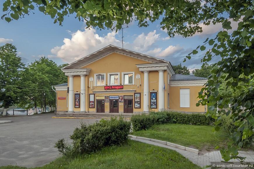 Кинотеатр МАУК открылся 3 августа 1958 года под именем «Россия».    В 2016 году Старая Русса стала одной из победителей конкурса, объявленного федеральным Фондом Кино, и получил грант на приобретение нового современного кинооборудования. Были приобретены система многоканального звука, цифровой проектор, 3D-система, экран и новые кресла в зрительный зал. В 2018 году Киноцентр отметил 60-летний юбилей.