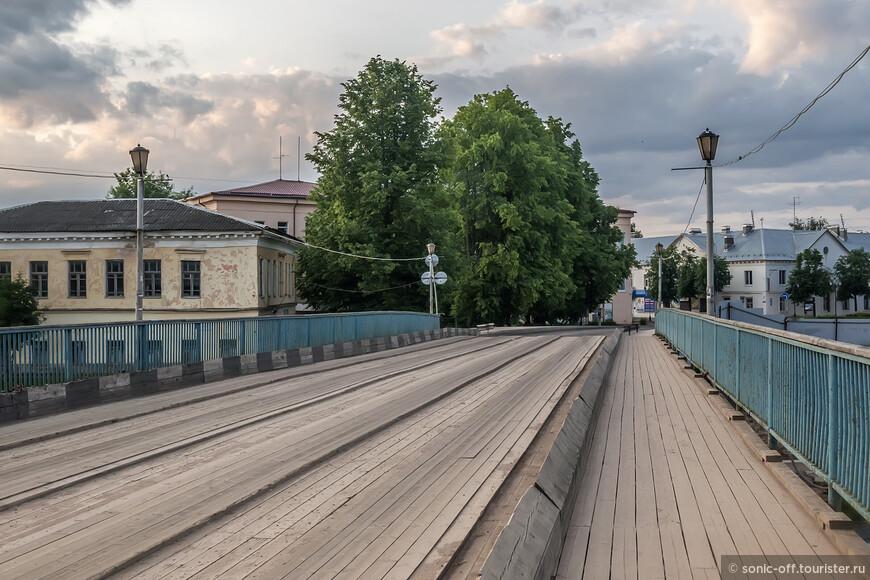 Живой мост - это одна из «визитных карточек» Старой Руссы.  Мост, вымощенный досками - столь привычный для рушан и диковинный для туристов, - соединяет два берега Полисти.  Первый мост был наплавным, точная дата его постройки неизвестна. В 1830 году на месте плавающей переправы был возведён каменный мост, а 25 января 1830 года он получил свое официальное наименование «Александровский».