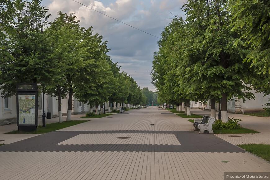 От Живого моста к Соборной площади ведет небольшая пешеходная улица - Воскресенская. В первой ее половине есть магазинчик, где можно приобрести сувениры, а так же путеводители по достопримечательностям.