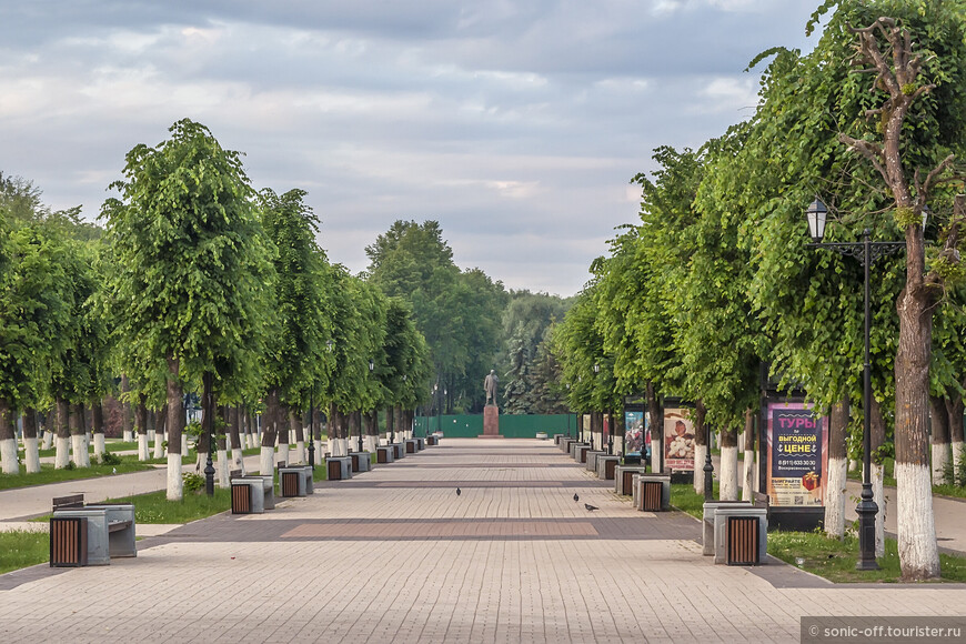 В самом конце улицы возвышается памятник Ленину