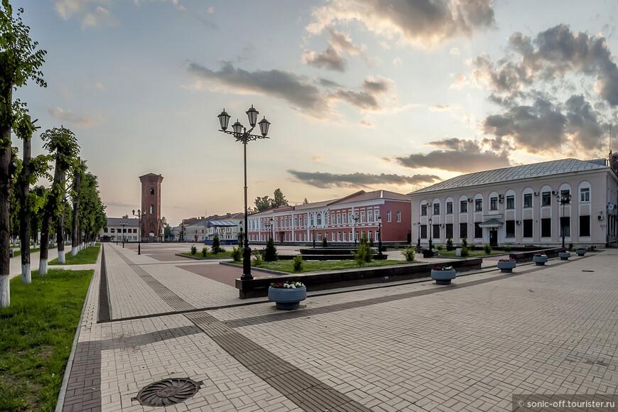 Старинная Торговая - ныне Соборная - площадь получила название по своему основному предназначению - торгового центра города. Сегодня это одно из главных мест города, где проходят городские мероприятия.