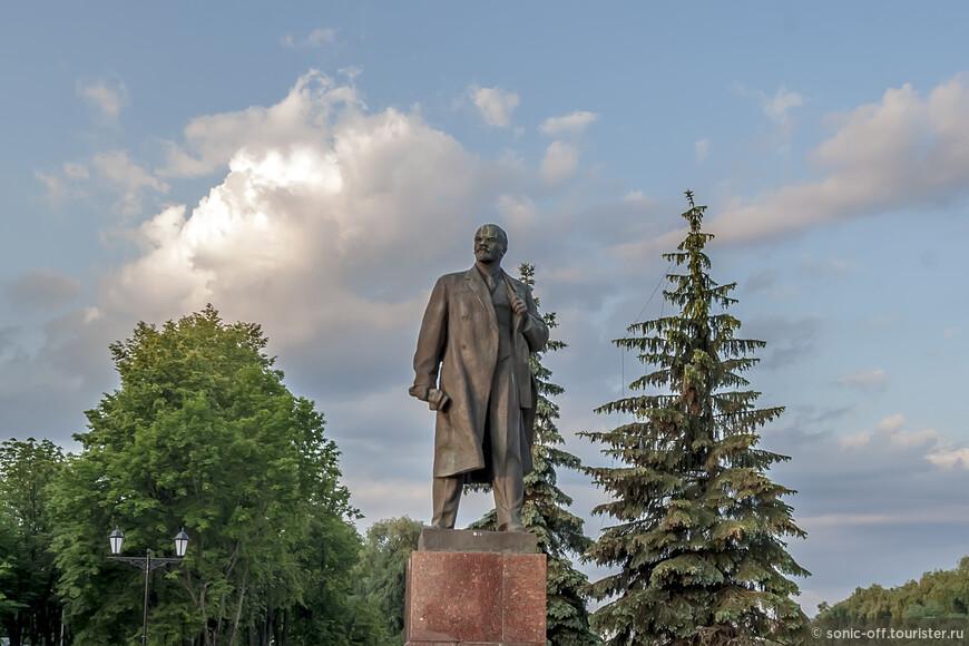 Памятник В.И. Ленину на набережной Рыбаков напротив Воскресенского собора установлен в 1984 году