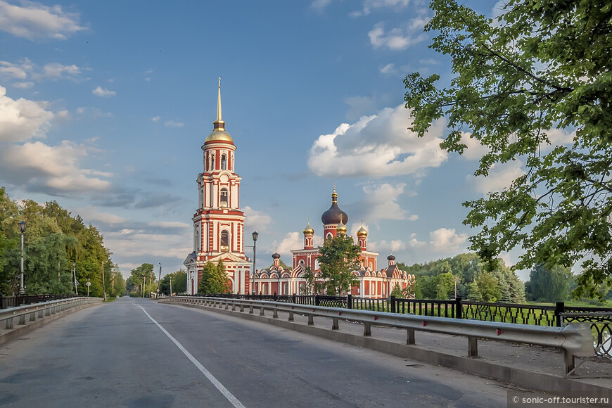 От Соборной площади к храму попасть достаточно по мосту через Порусью