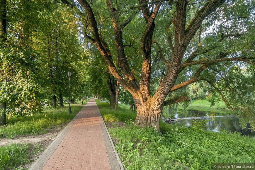 От Соборной площади до музея Достоевского проложена пешеходная дорожка по живописнейшему берегу.