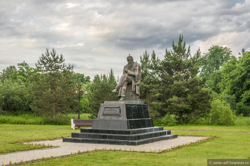 Памятник великому русскому писателю Федору Михайловичу Достоевскому.