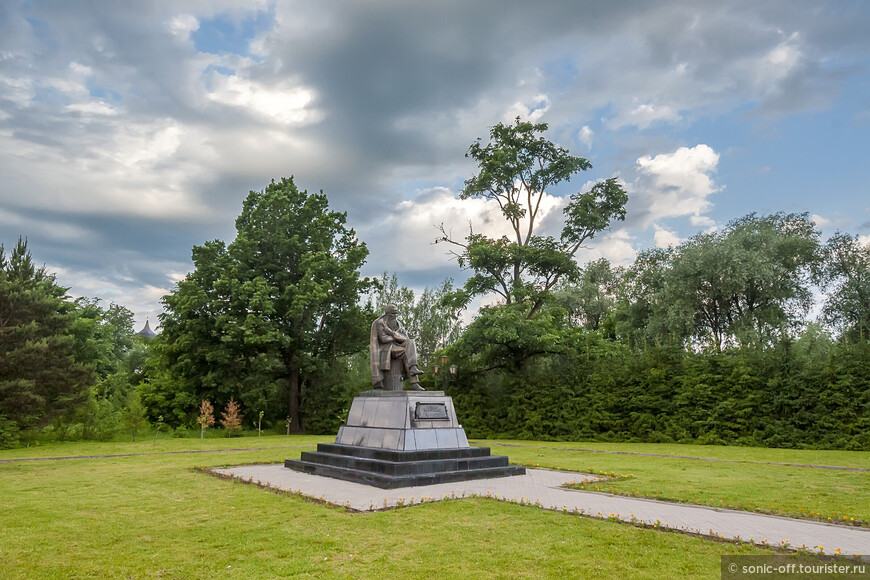 Памятник Ф. М. Достоевскому открыт в 2001 г. Открытие приурочено к 180-летию со дня рождения писателя.