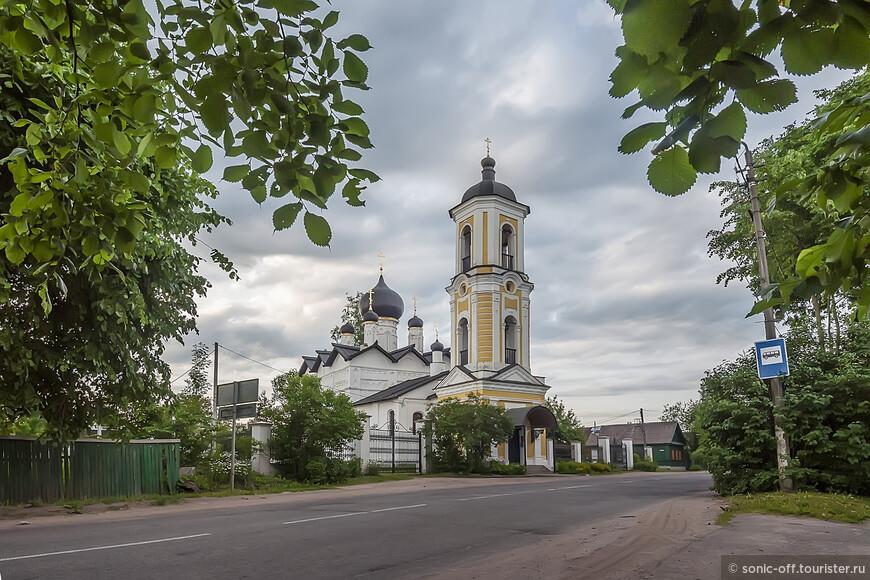 Никольская церковь является одним из немногих памятников Старой Руссы, о строительстве которой упоминается в первой Новгородской летописи. Согласно источникам храм построен в 1371 году в княжение Дмитрия Донского с благословения Новгородского владыки Алексия.