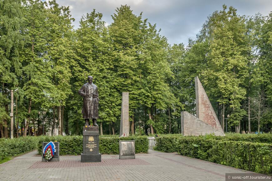 Монумент Славы в парке Победы. В центре парка Победы возвышается белокаменный монумент Славы - памятник освободителям города от немецко-фашистских захватчиков, который открыли в 1964 году. На переднем плане Памятник Советскому солдату, открытие которого состоялось в 2016 году.