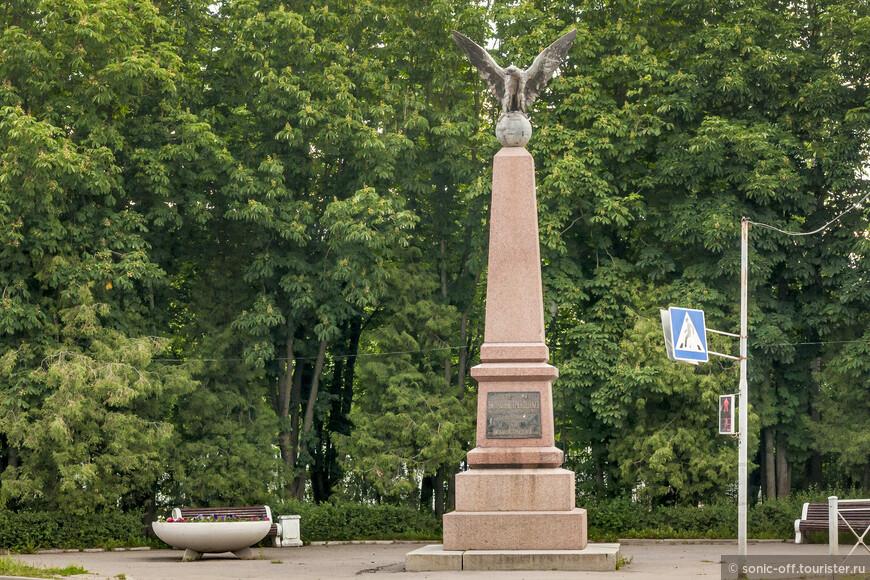 Памятник вильманстрандцам, погибшим в боях русско-японской войны. Вильманстрандский мушкетерский полк был сформирован 16 августа 1806 года в Твери генерал-майором Логгином Ивановичем Герардом. Самые большие потери он понес в 1905 году, отражая атаку на «Новгородскую сопку» (она получила это название благодаря вильманстрандцам) вблизи деревни Сохоянь у реки Шахэ. Тогда погибли и были ранены более 700 солдат и офицеров полка, но бой этот они выиграли. За этот подвиг два подпоручика были награждены орденами Святого Георгия Победоносца четвертой степени, а все остальные офицеры и солдаты получили знаки отличия с надписью: «За отличие в войну с Японией в 1904 и 1905 годах». После этого и появилась идея поставить памятник погибшим и выжившим воинам полка. Появился он лишь в 1913 году: очень долго собирали средства, недостающую сумму добавил император Николай II.