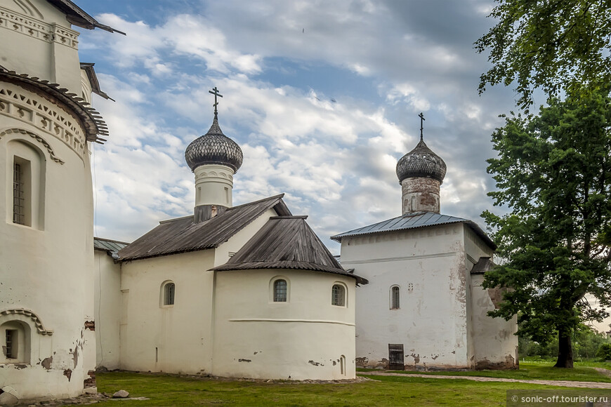 Церковь Рождества Христова - небольшая кирпичная церковь, примыкающая с севера к монастырской колокольне, сооружённая примерно в 1630 году