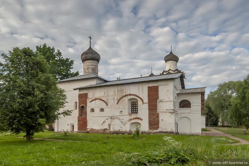 Церковь Сретения Господня в Спасо-Преображенском Старорусском монастыре. Кирпичная трапезная церковь, сооружённая ок. 1630 к северу от соборного комплекса.