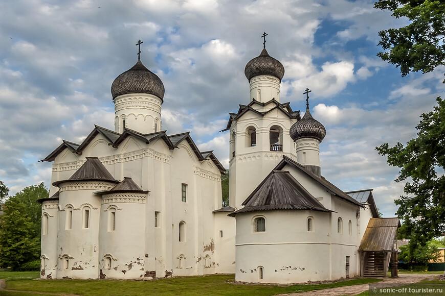 Монастырь неоднократно подвергался нападению со стороны соседей. Всего за три года 1628-1630 были проведены масштабные строительные работы: главный храм монастыря капитально перестроен, а ещё три каменные церкви возведены вновь.