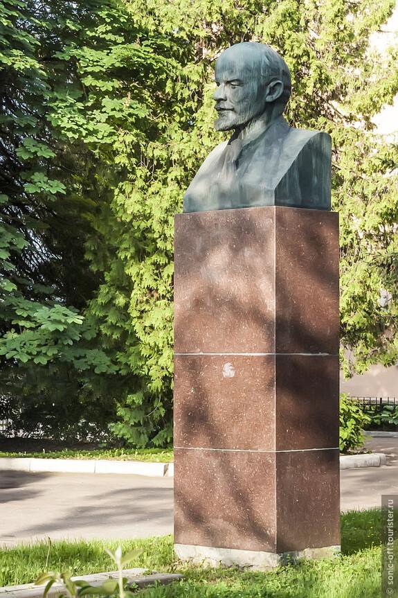 Бюст В. И. Ленина напротив Старорусского районного суда