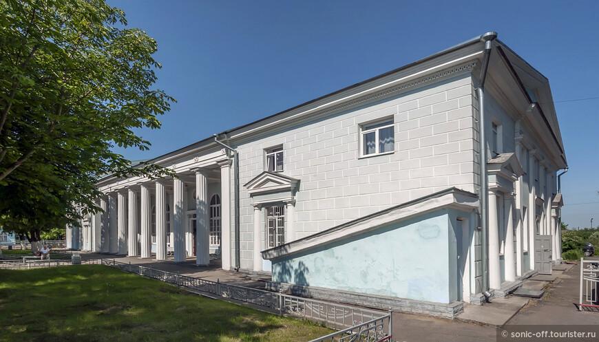 Современное здание железнодорожного вокзала построено в 1955 году к очередной годовщине Великой Октябрьской Социалистической революции. В настоящее время Старорусский вокзал капитально отремонтирован, является действующим и вполне доступен для обозрения любителям так называемого «сталинского ампира».