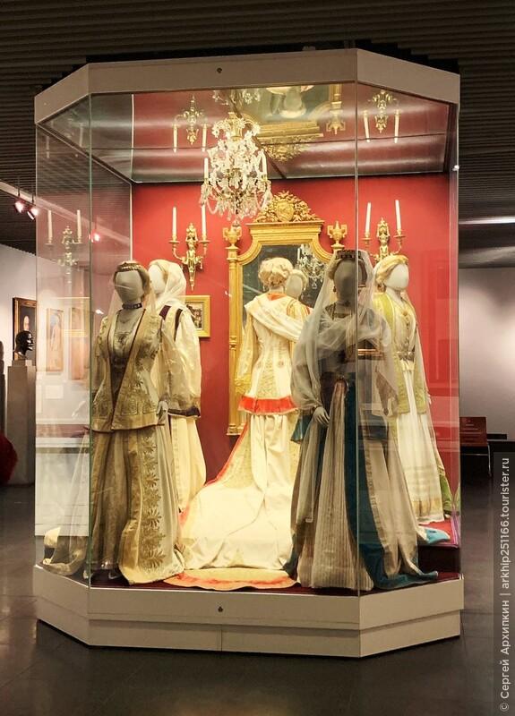 В музее вы найдете скульптуры , картины, текстиль, иконы, золотые украшения, посуду и керамику.
