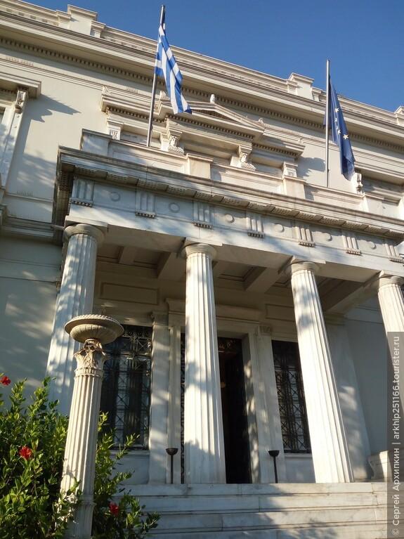 Музей Бенаки расположен прямо возле здания Парламента Греции, на улице слева если смотреть на Парламент