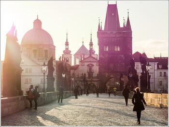 Двух туристов арестовали в Праге за граффити на Карловом мосту