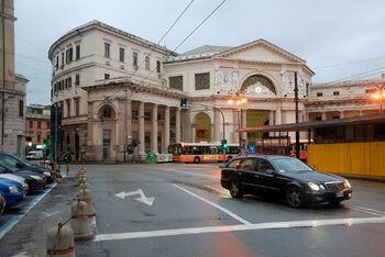 Автобус у вокзала Genova Piazza Principe