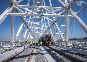 Укладка рельсов на Крымском мосту завершена